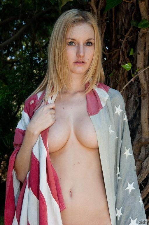 Sexy blonde girl Ashlee Hills modeling nude
