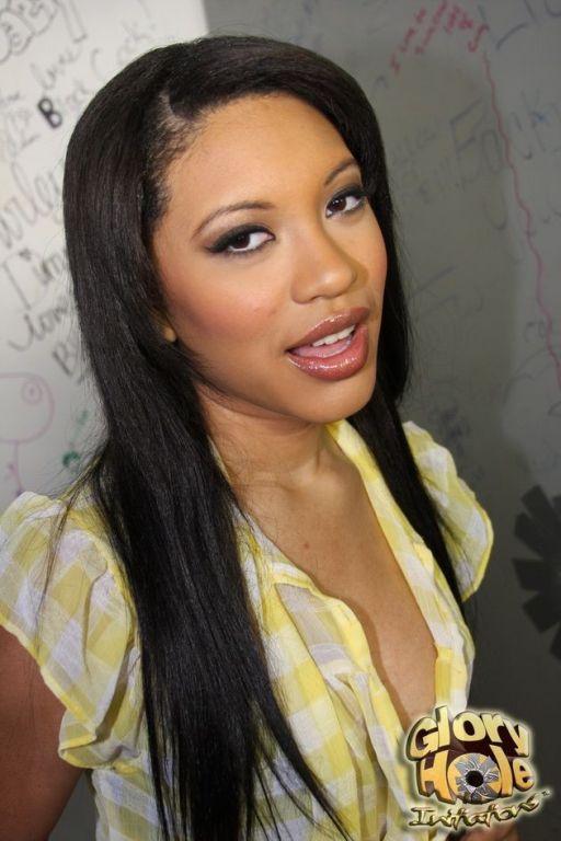 Pretty ebony Rhianna Ryan sucks white at gloryhole