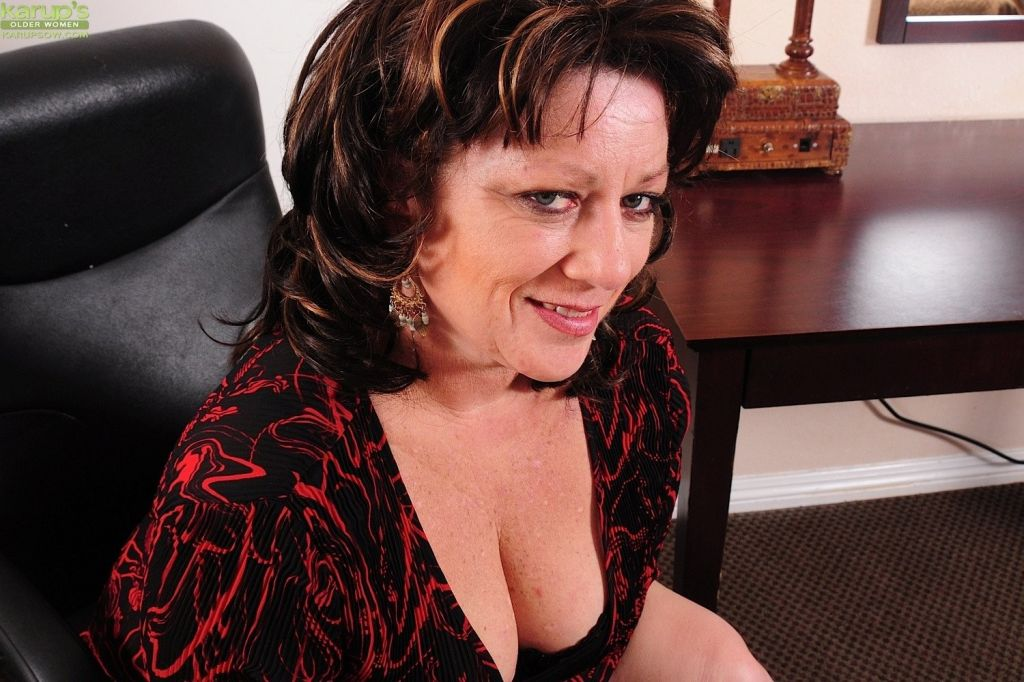 Thick mature wife Cheryll Stone licks her big tits