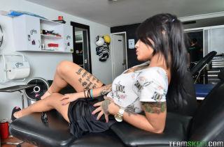 Pigtailet brunette latina schoolgirl posing sexy i