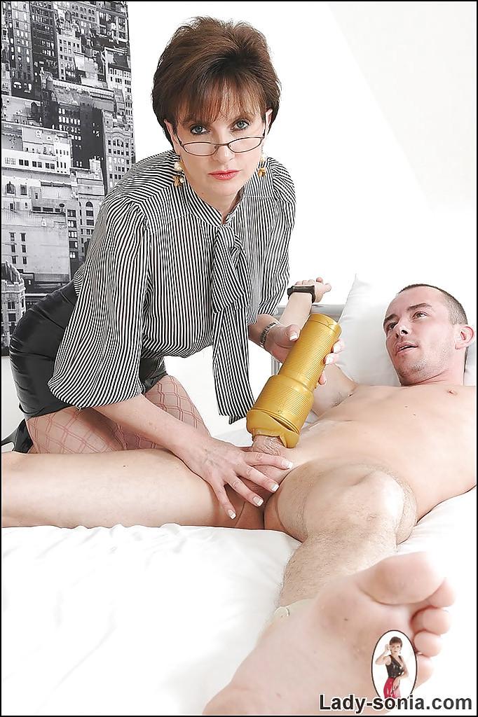 Парень играет с пиздой