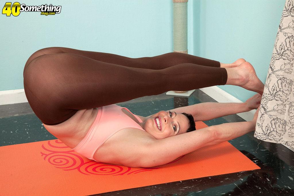 The yoga instructor Kali Karinena is not wearing p