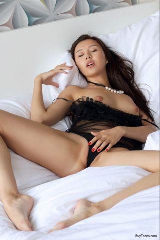 naked Sakura young brunette