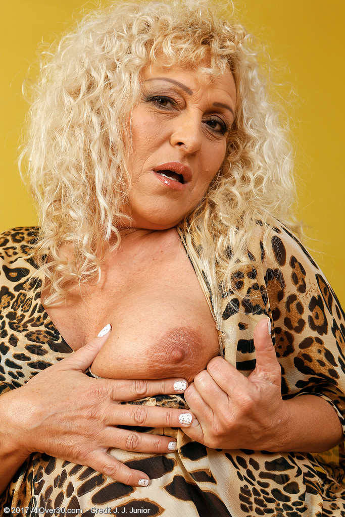 Busty blonde mature Sissy - Pichunter