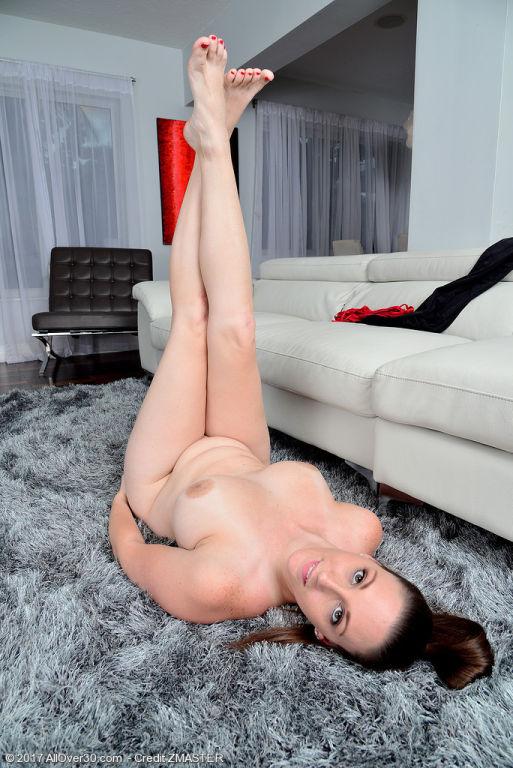 Busty Melanie Hicks does yoga