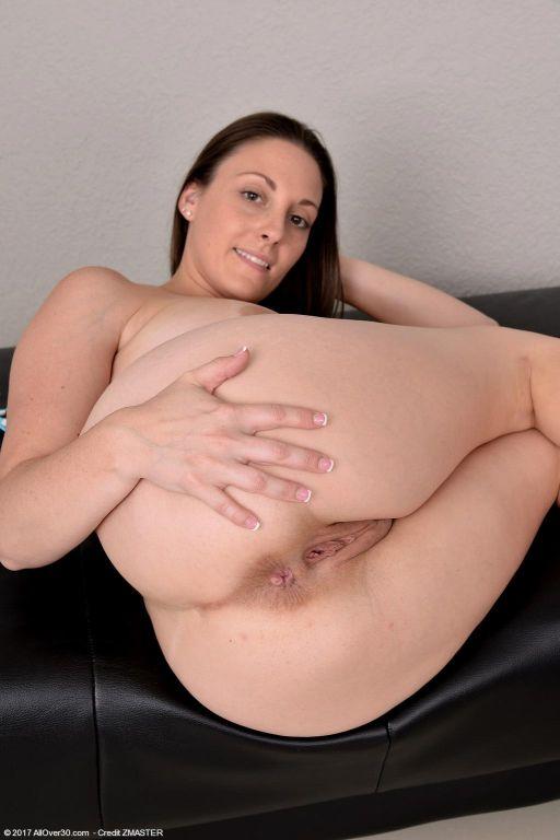 Curvy housewife takes off her bikini