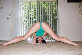 Busty babe Aysha Thoen showing her sexy ass