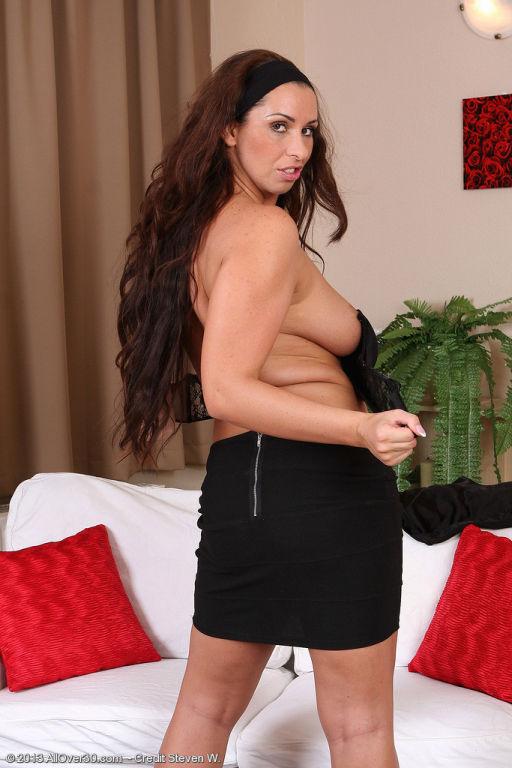 Busty brunette Lisa Sparkle plunges her fingers de