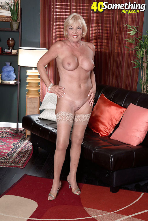 Experienced blonde lady Scarlet Andrews baring big