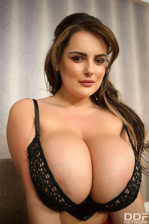 Sensual Curves: Voluptuous Buxom Fantasies Come Tr