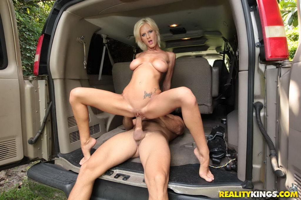Sexy milf lady got nailed in a car