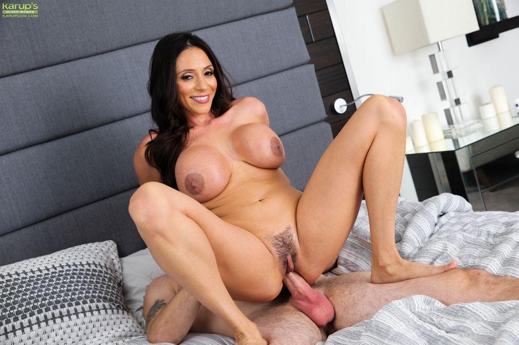 Busty cougar Ariella Ferrera gets her trimmed puss