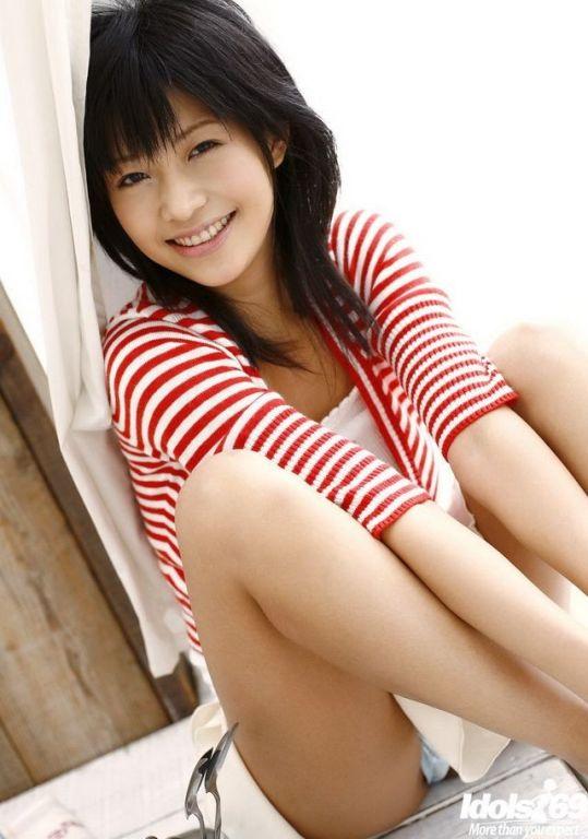 Naughty asian idol Sasa Handa poses and shows tits