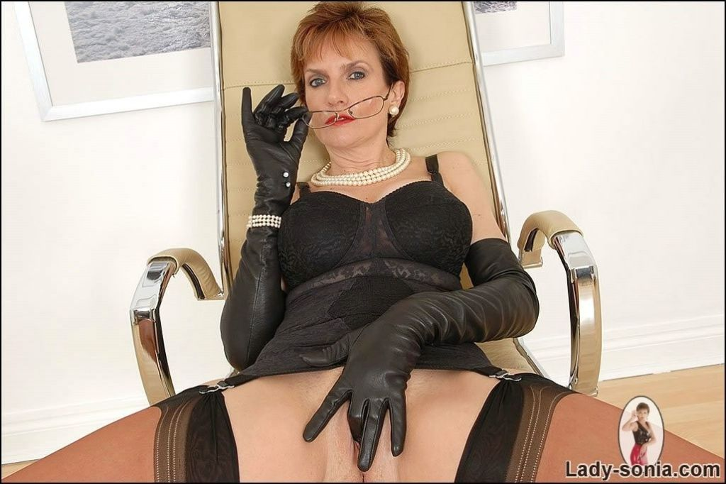 Lady Sonia sticking fingers in gloves inside the p
