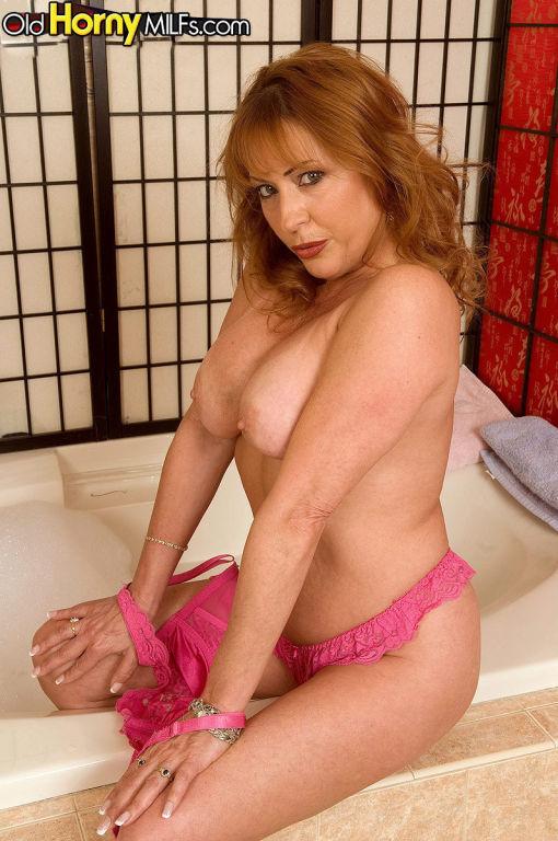 Pretty mature woman Gigi Jewels showing her tits