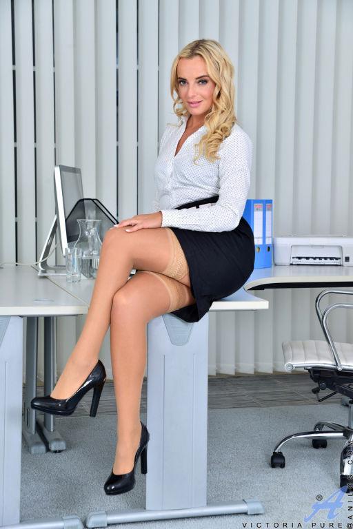 Victoria Pure masturbate in the office