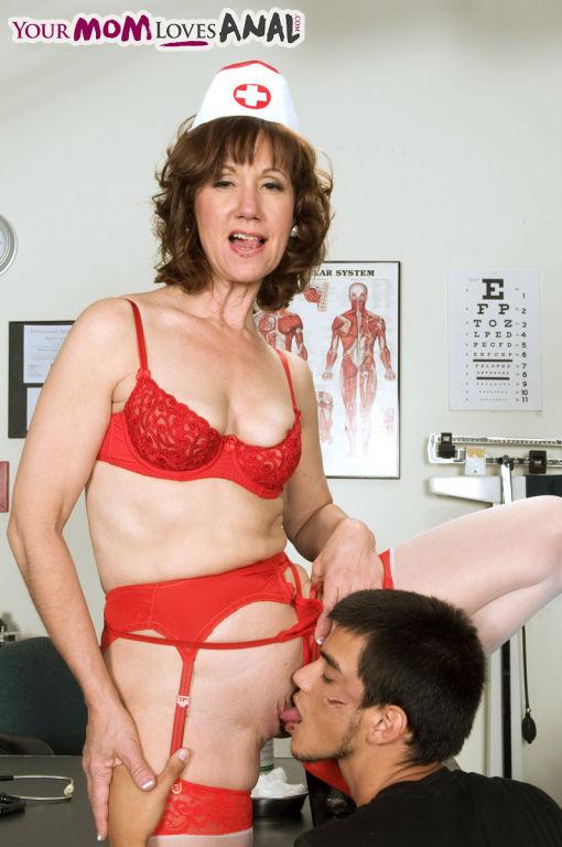 Mature nurse Elle Denay sucking her patient
