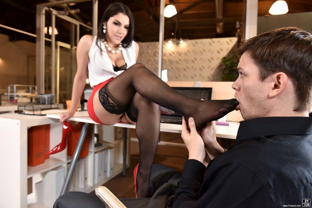 Dark haired beauty Valentina Nappi seduces a guy i