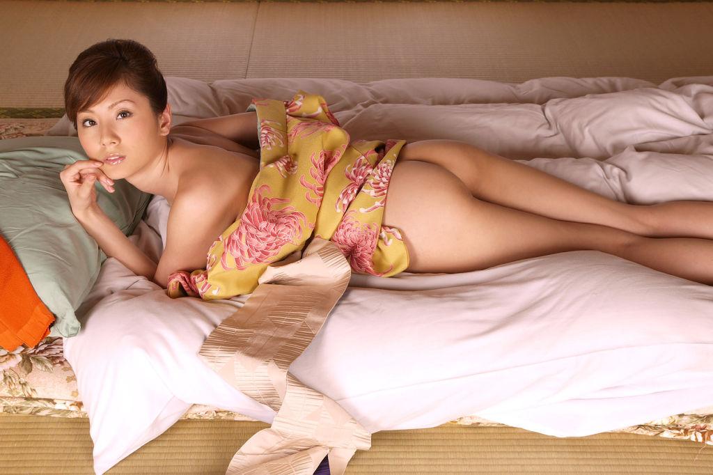Yuma Asami exposes her perfect titties
