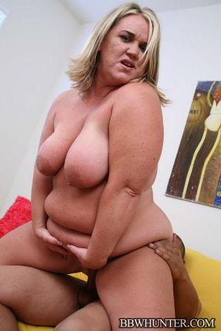 Blonde fatty Rylee Peyton enjoys a black cock in h