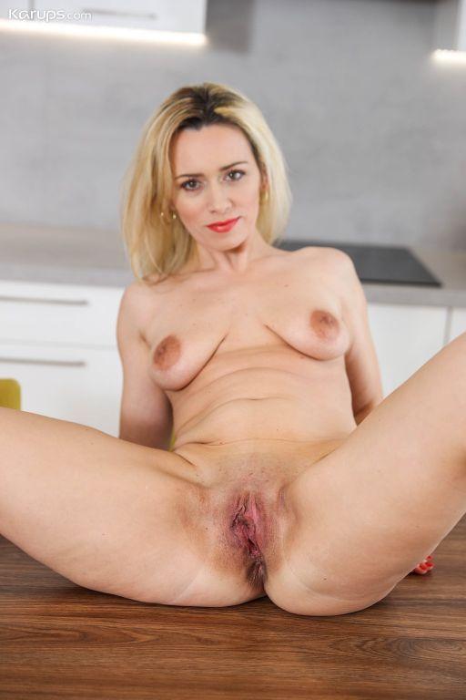 Blonde MILF Jenny Smith nakes in her black pumps