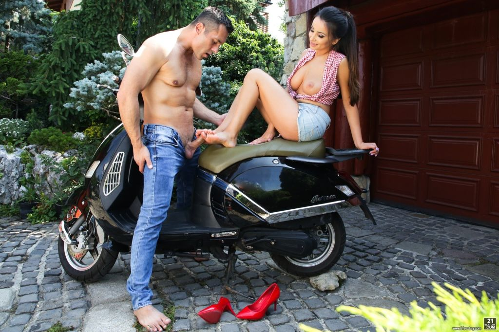 Hot girl Alyssia Kent is feeling horny and getting
