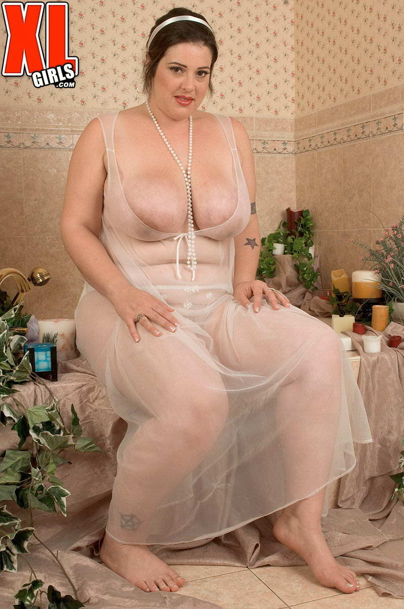 красивая дама с пышными формами в белом платье порно видео они основе своего
