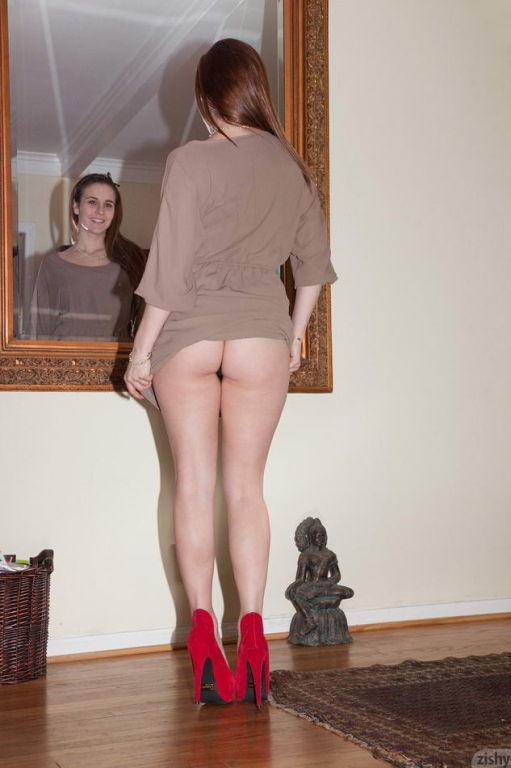 Nina Gitch showing her hot round ass