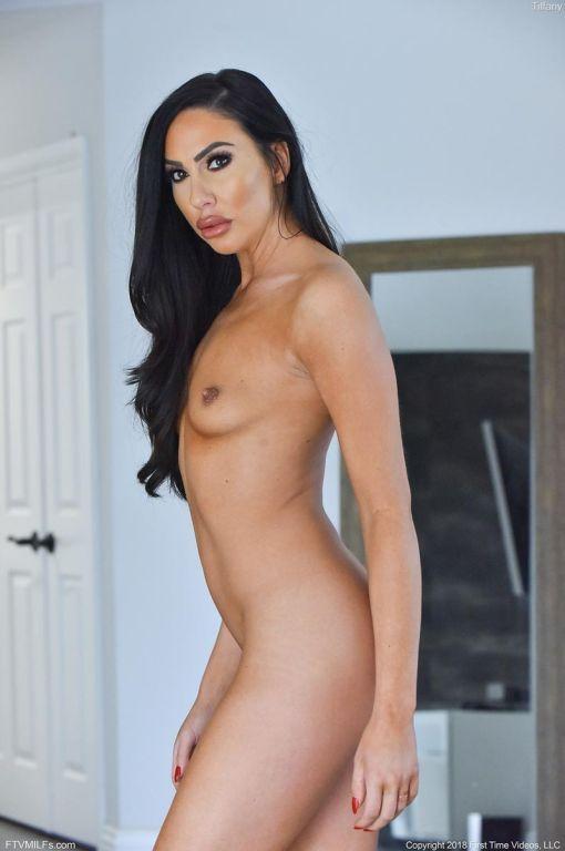 Hot leggy fit housewife in leggings