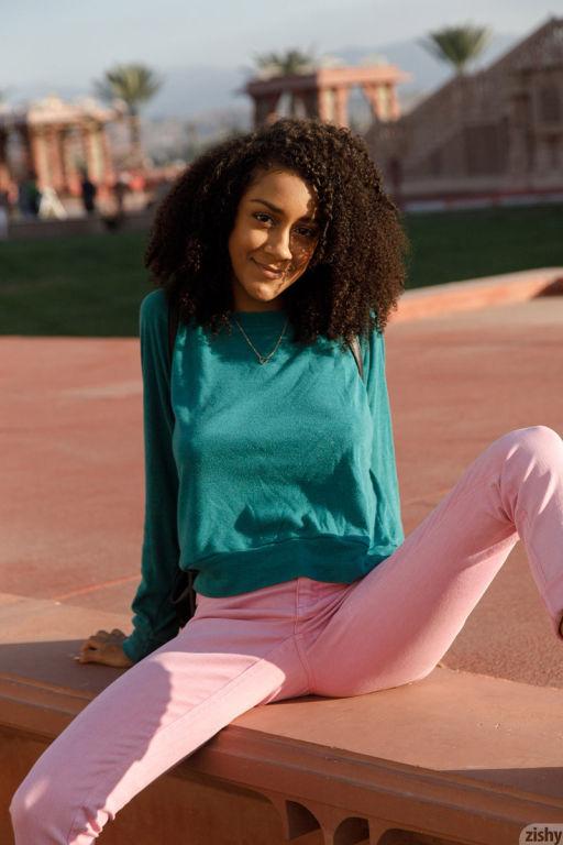 Super hot busty ebony in pink jeans