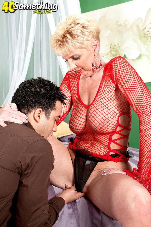 Blonde mature woman Taylor Lynn in fishnet underwe