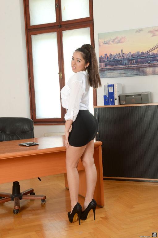 Diana Rius treats her boss to a deepthroat blowjob