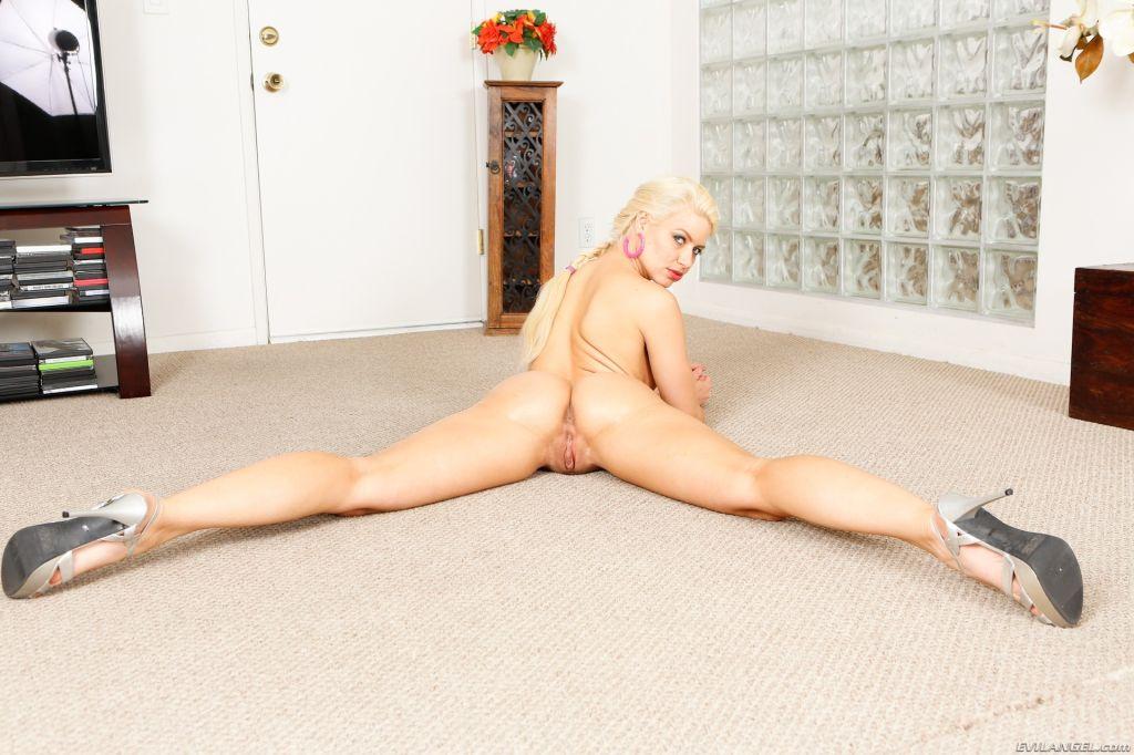 Big assed blonde beauty Anikka Albrite