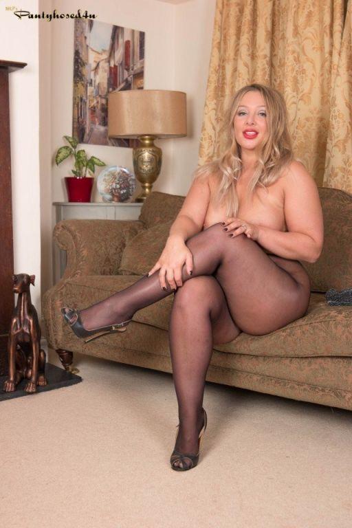 Curvy babe Beth Bennett spreads in black tights