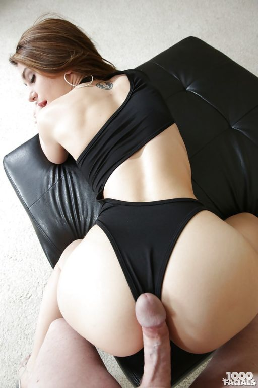 Young pornstar Joseline Kelly taking cumshot after