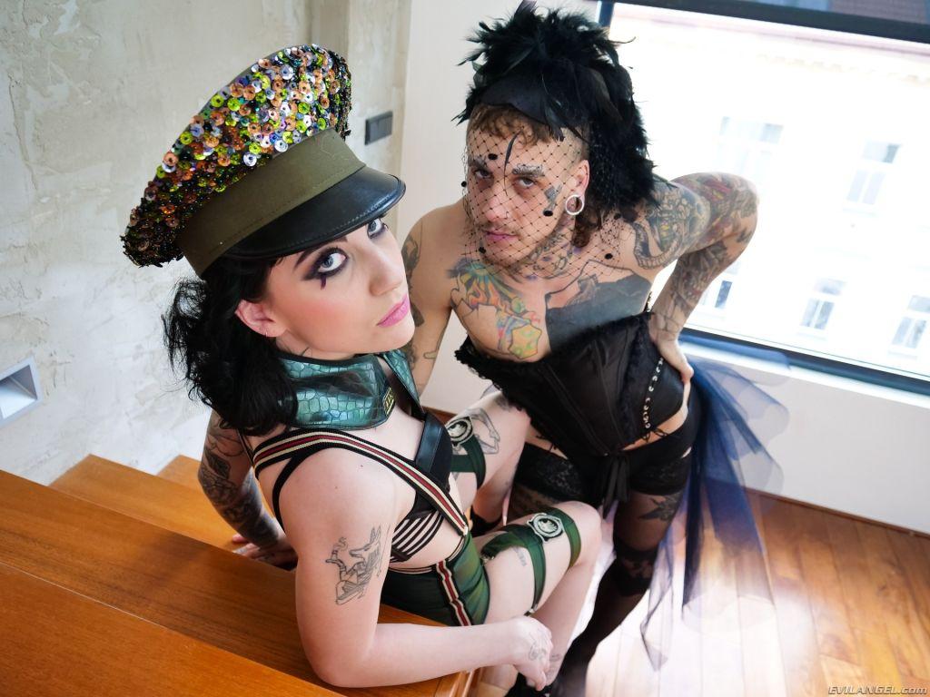 Charlotte + Transvestite: Anal Gaping!