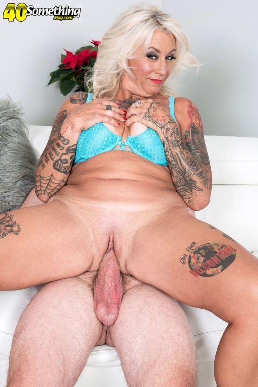Tattooed mature lady Amelia Mack gets butt fucked