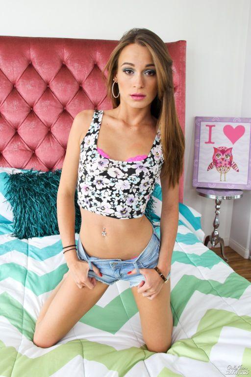 Young lady Davina cams shows