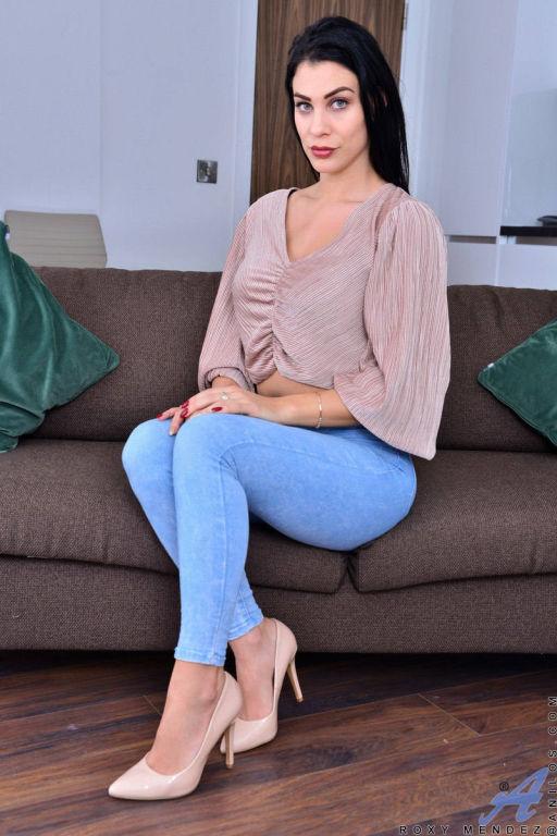Sexy brunette MILF Roxy Mendez spreading and toyin