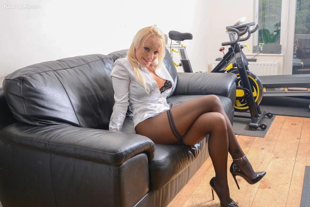 Older babe Tara Spades pulls down pantyhose and ru
