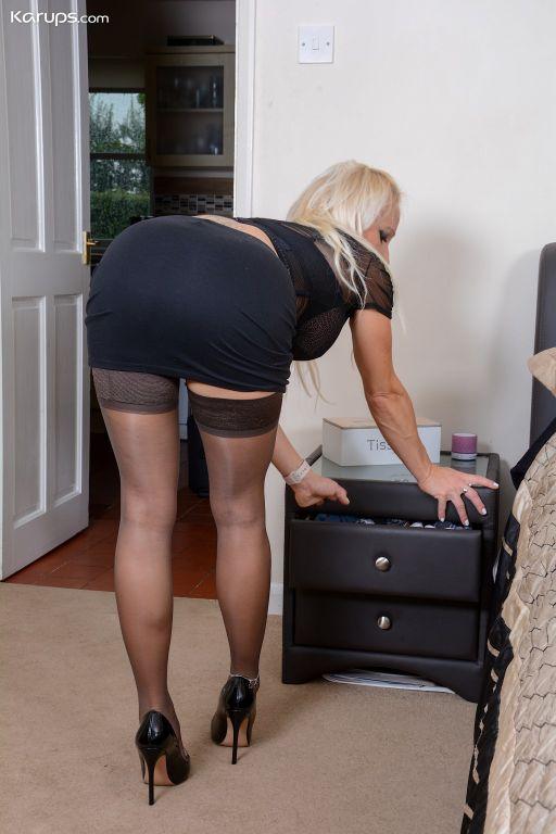 British mature babe Tara Spades uses glass toy on