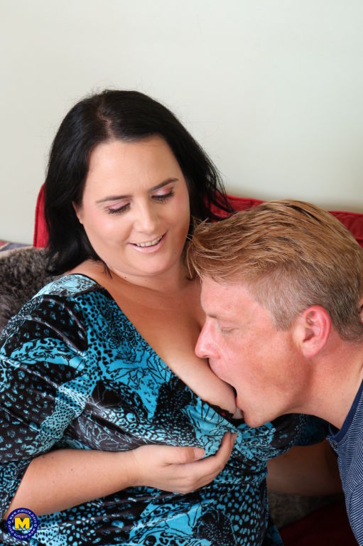 Curvy big breasted mature lady doing her lover