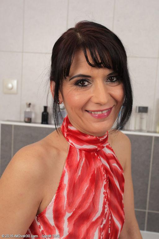 Latina hottie Gracia Saluda pulls off her little p