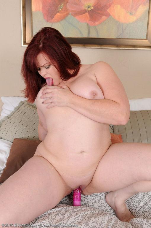 Curvy MILF Marcy Diamond puts that big juicy ass t
