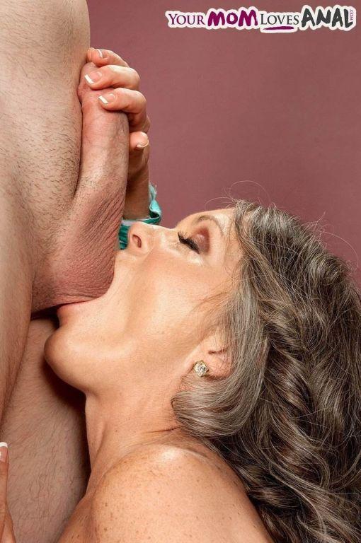 Housewife Vixen Kitten gives her deepthroat
