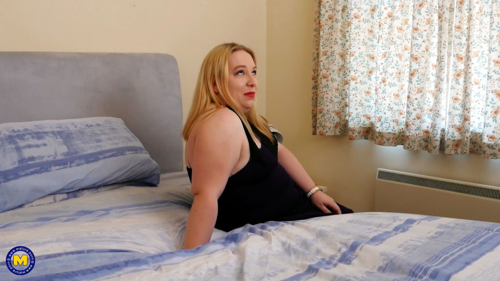 Curvy British housewife getting wet in bed