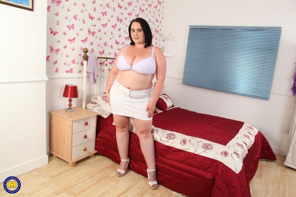 Big booty mama getting naughty