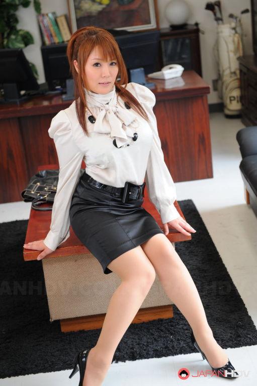 Sexy lady Hinata Komine shows off
