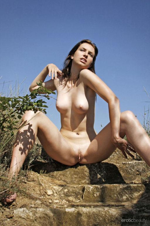 Newcomer Shiny Diamond bares her beautiful titties