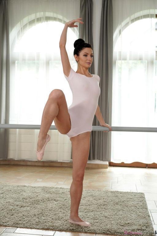 Ballerina babe Ariana peels off her leotard and ge